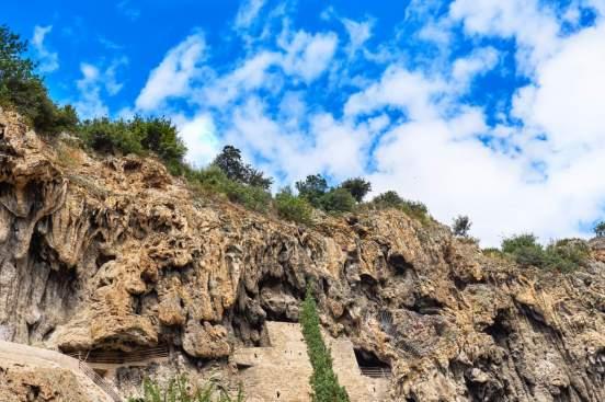 cotignac falaises village