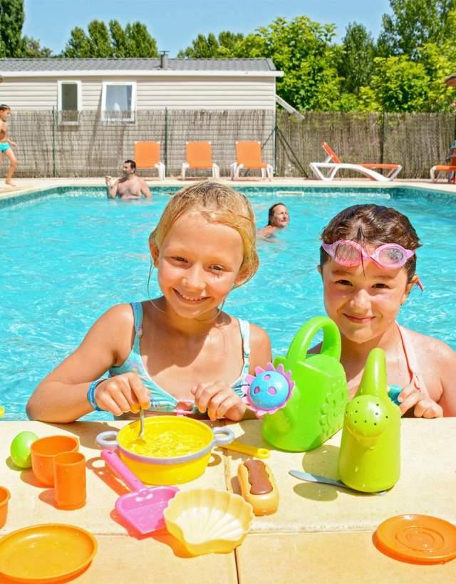 camping piscine enfants jeux
